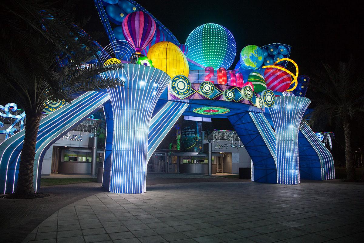 Живописная и яркая входная группа из разнообразных геометрических тел предваряет обширную территорию разнообразных развлечений, в их числе и светящийся парк.