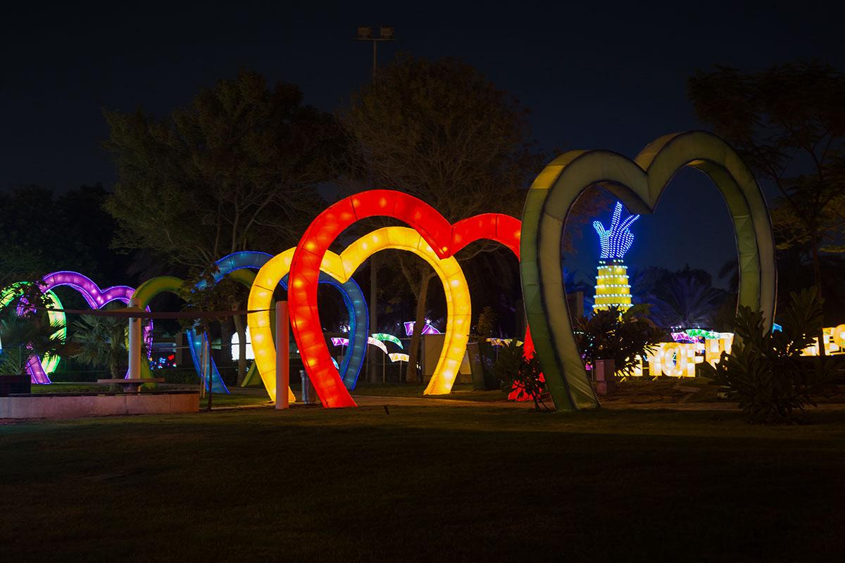 Коридоры из разноцветных сердечек позволяют пришедшим в светящийся парк перемещаться между его тематическими зонами по освещенным трассам.