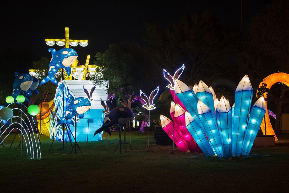 Освещаемые только изнутри светодиодными источниками, причудливые экспонаты делают светящийся парк в Дубае загадочным и привлекательным.