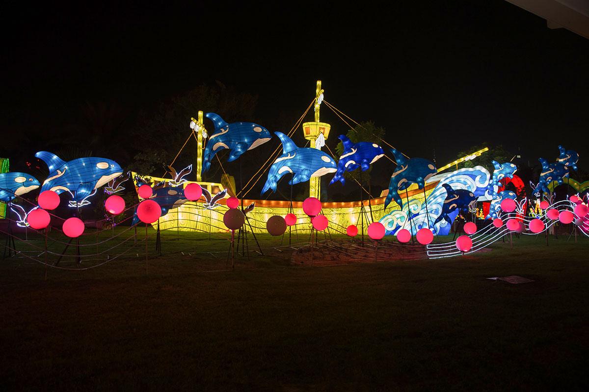 Одним из украшений светящегося парка считается символический корабль в струящихся волнах, сопровождаемый выпрыгивающими из волн касатками.