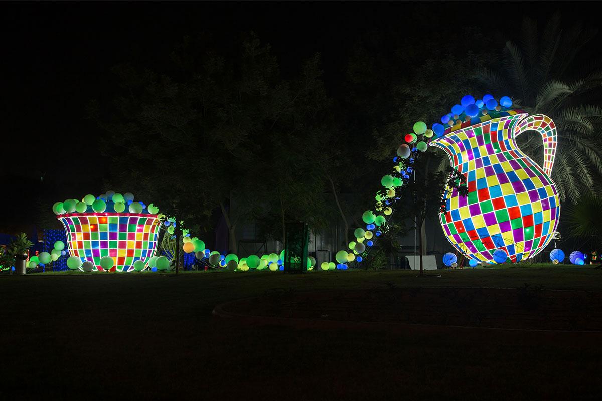 Как огромных размеров пособие для обучения рисованию выглядит в светящемся парке комплект из кувшина и чаши с перетекающими шарами.
