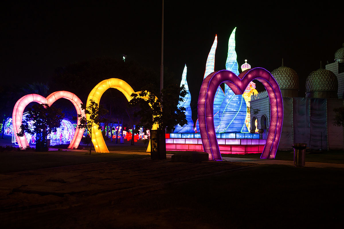Еще один коридор из разноцветных сердец приводит посетителей светящегося парка к модели мечети шейха Зайда из пластиковых тарелок рядом со сталагмитами.
