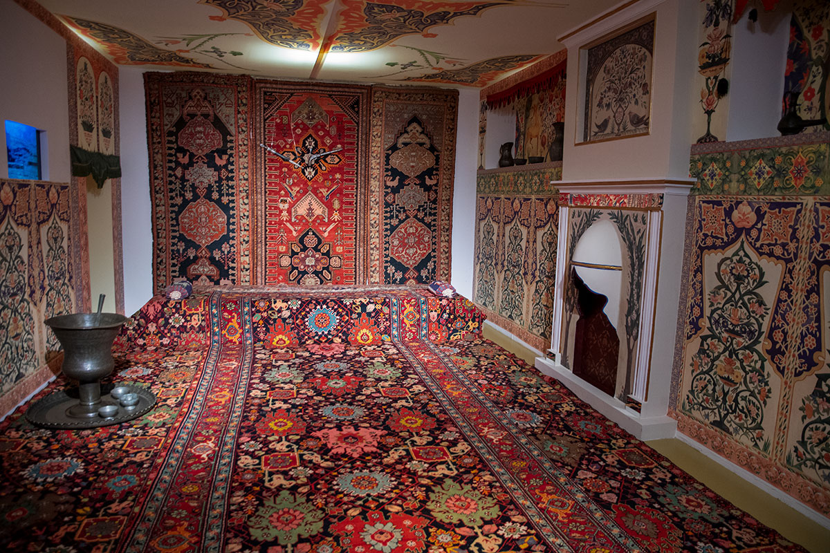 Инсталляцию интерьера богатого жилища музей ковра оформил изделиями с пола до потолка.