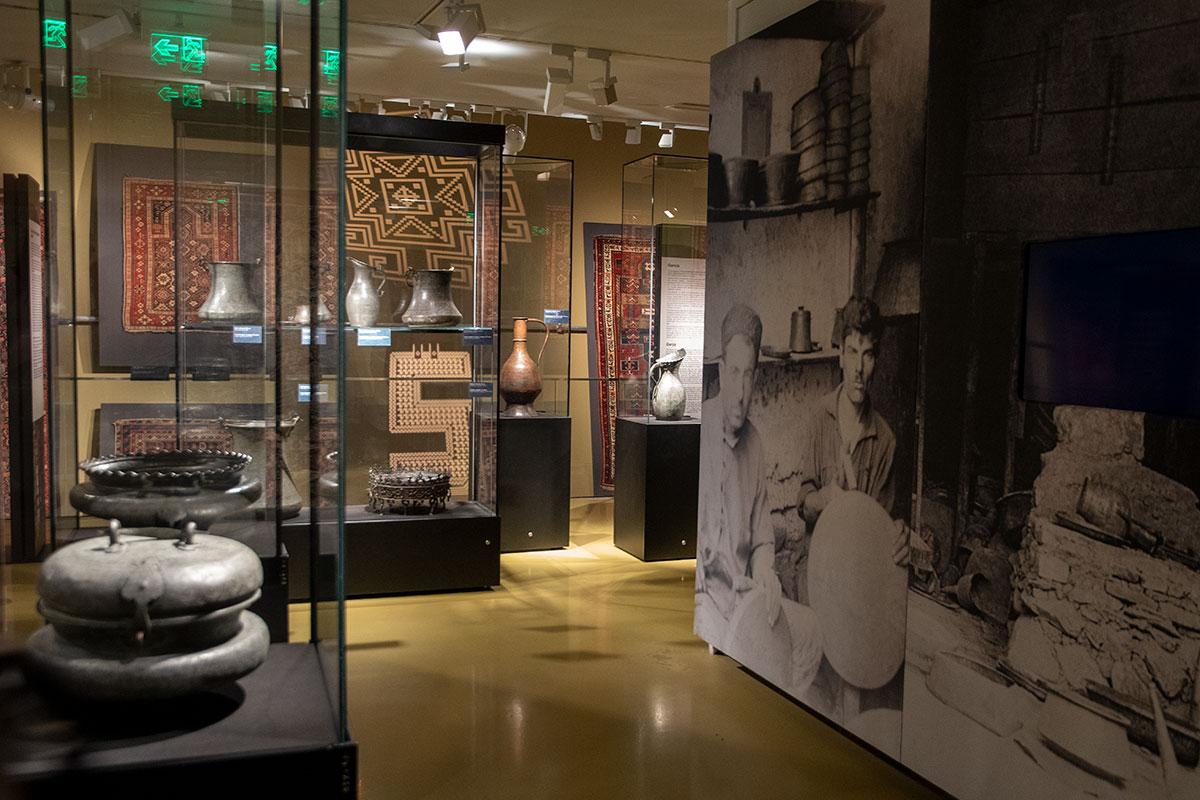 Наряду с множеством профильных изделий, музей ковра демонстрирует много смежных.