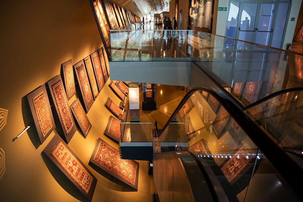 Необычный внутренний вид двух верхних этажей отличает музей ковра от остальных экспозиций.