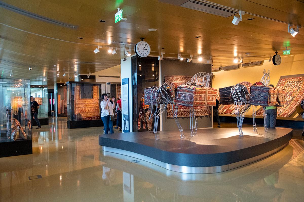 Нижним этажом Азербайджанский музей ковра мало отличается от похожих учреждений.