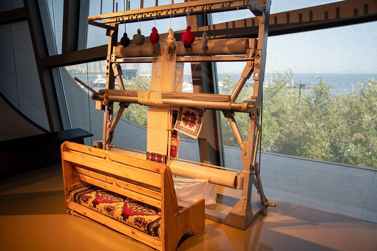 Музей ковра демонстрирует не только ткацкие станки, но и реальный процесс ковроткачества.