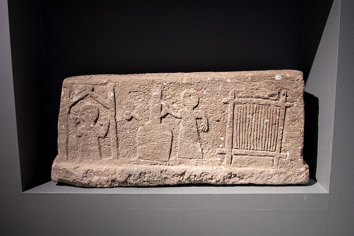 Надгробие в экспозиции музей ковра выставил не случайно, оно связано с прочими экспонатами.
