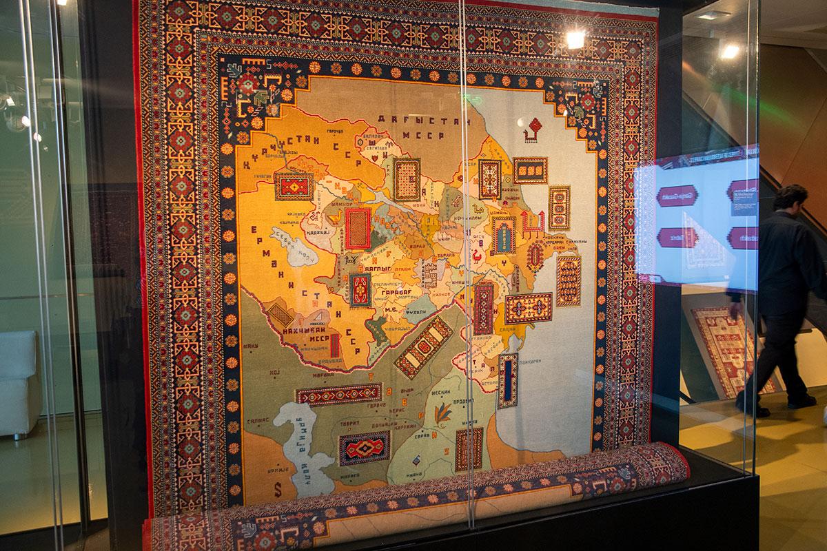 На входе в музей ковра висит тканая энциклопедия центров ремесла в районах Азербайджана.