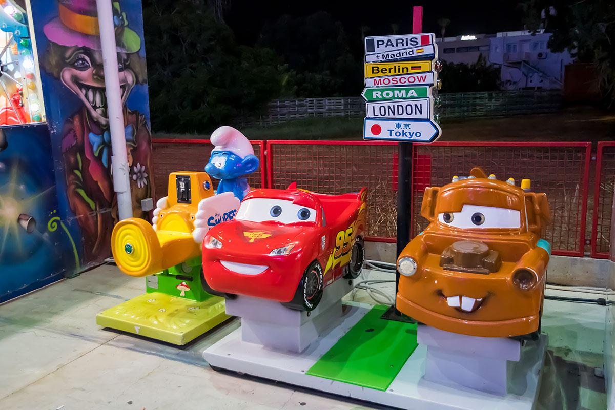 Лунапарк в Айя Напе предоставляет фон для фото даже младенцам