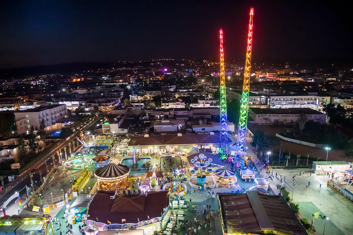 Высотная фотография показывает Лунапарк в Айя Напе во всей красе