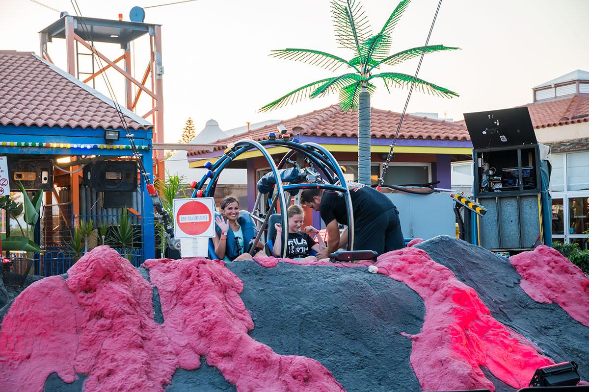 Кабину Рогатки Лунапарк в Айя Напе запускает из жерла вулкана