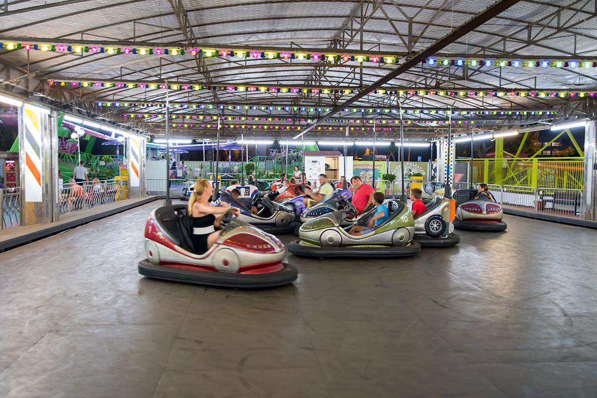 Автомобильную тематику Лунапарк в Айя Напе использует частенько