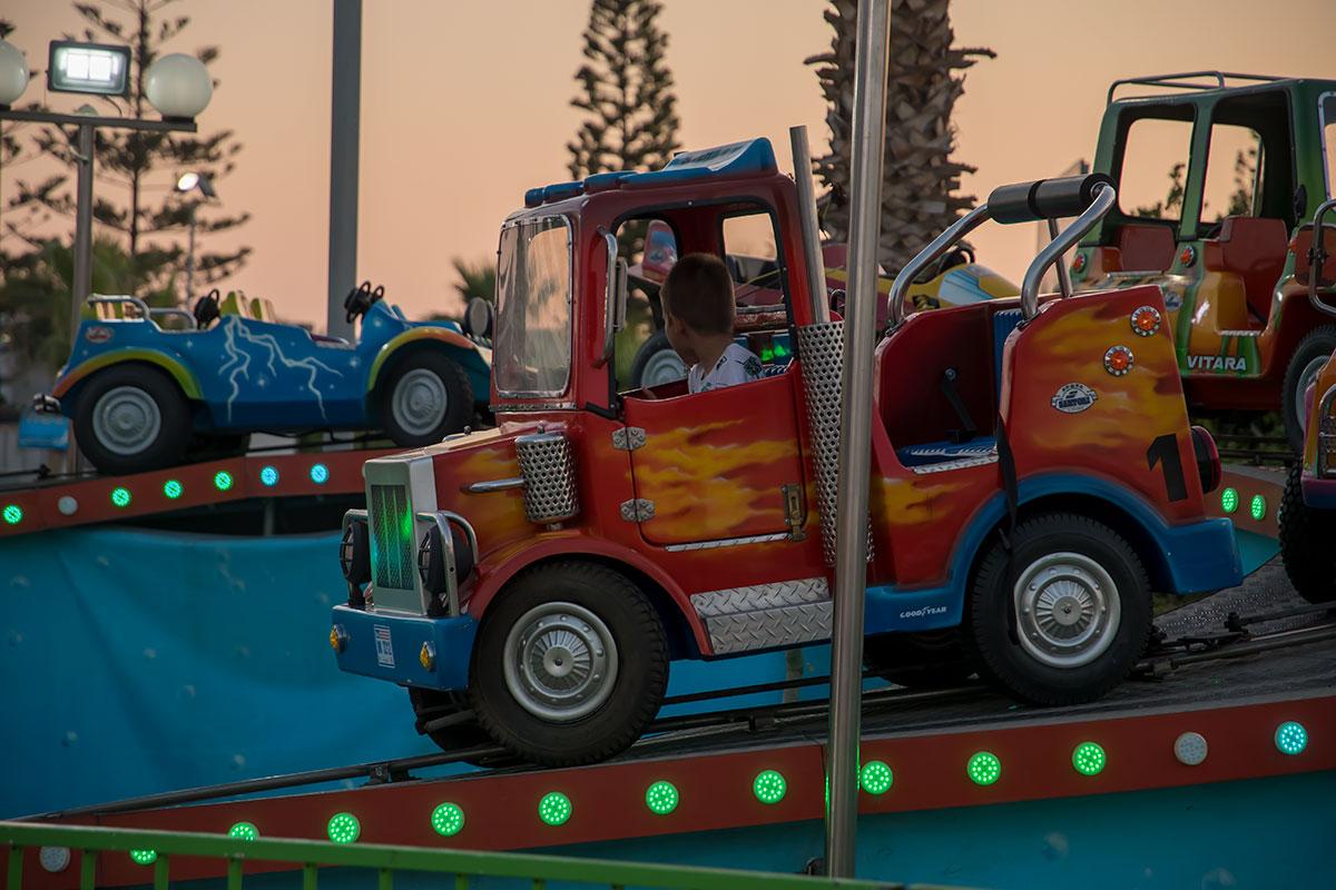 Будущим дальнобойщикам Лунапарк в Айя Напе предоставляет диковинные машины