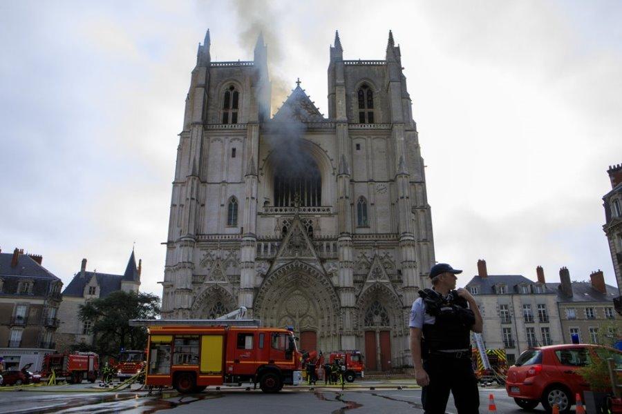 В городе Нант (Франция) от огня пострадал собор Святых Петра и Павла