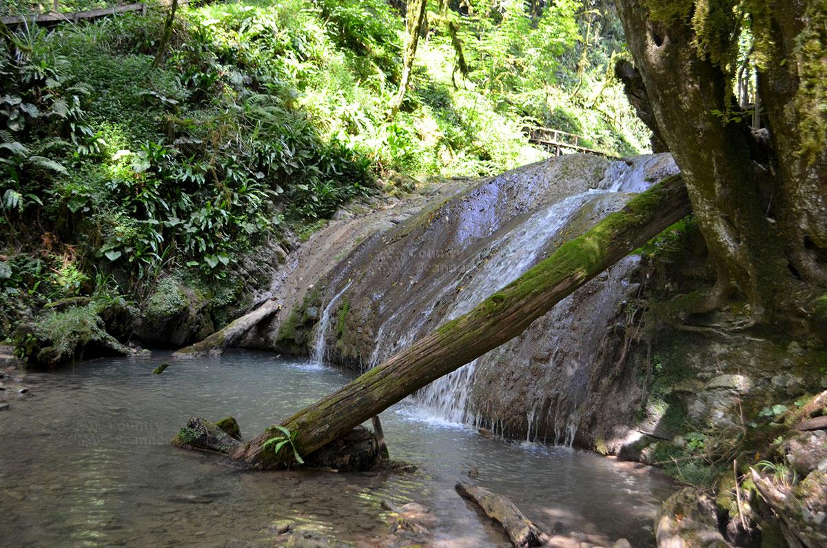 33 водопада. Один из каскадов.