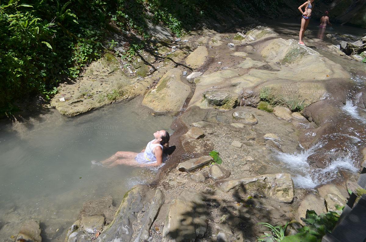 33 водопада. Естественная чаша, где разрешено купаться.
