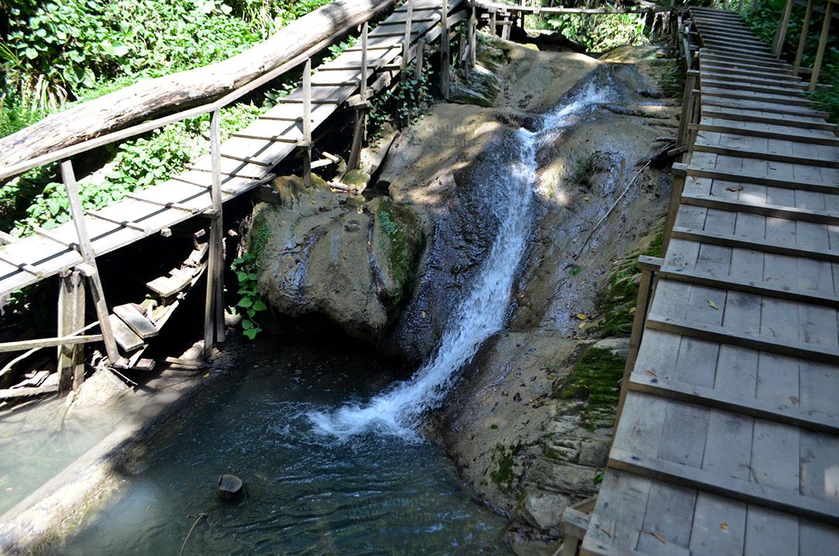 Деревянные мостики на маршруте 33 водопада.