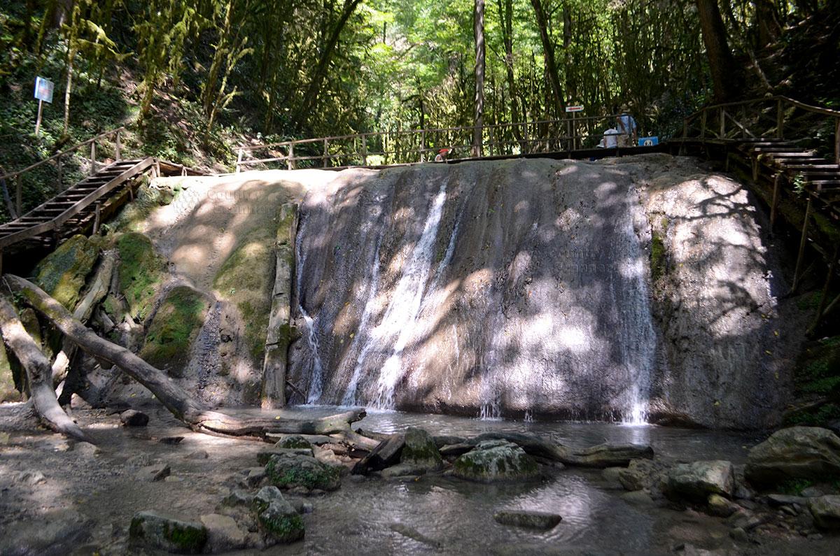 33 водопада - стекающая по каменной глыбе ключевая вода.