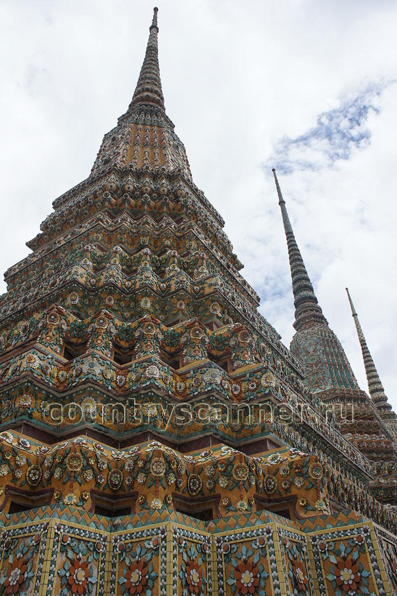 Храм Ват Пхо инкрустирован разнообразным узорчатым орнаментом