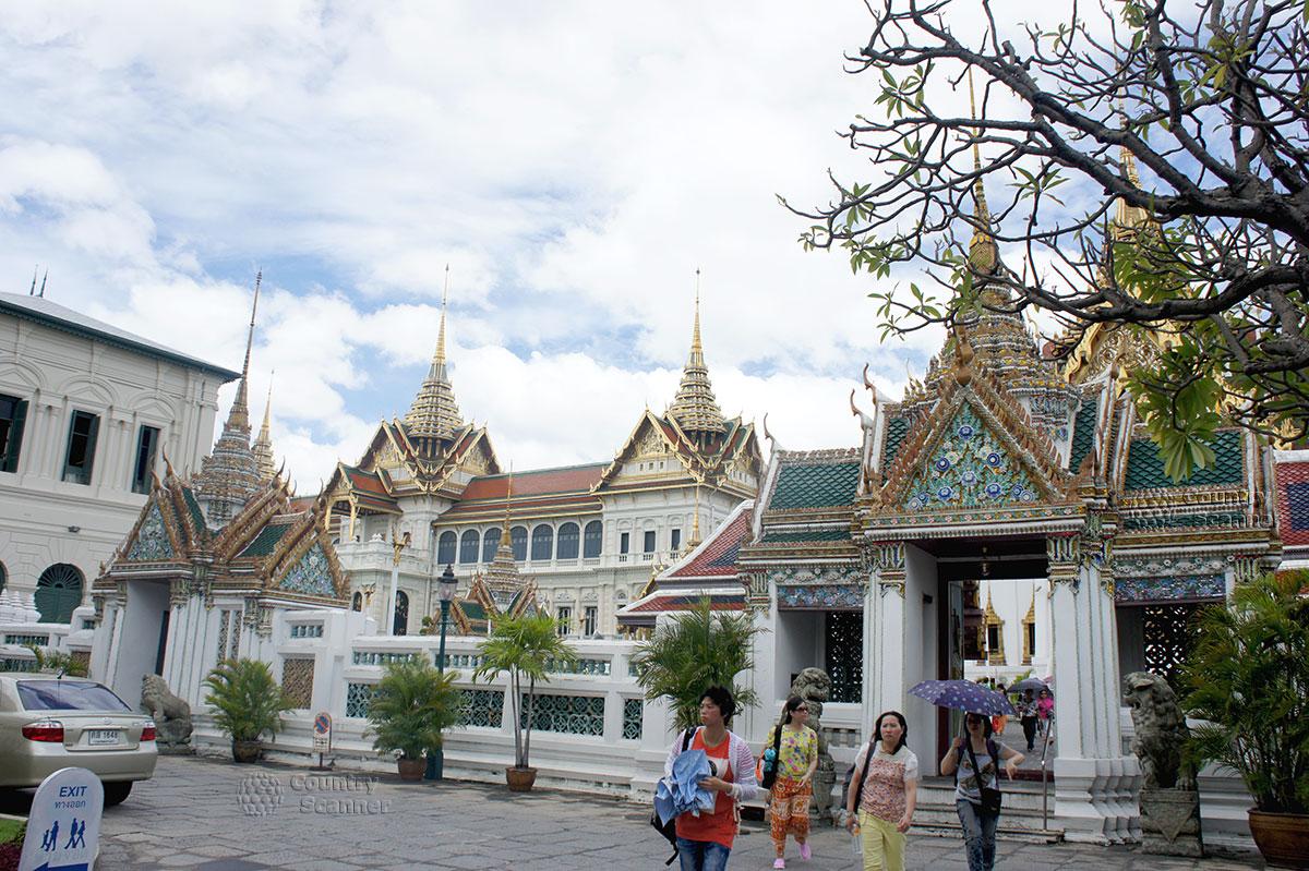 Посетители выходят из храма Ват Пхо