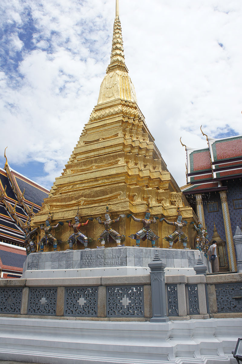 Позолоченный шпиль в храме Ват Пхо