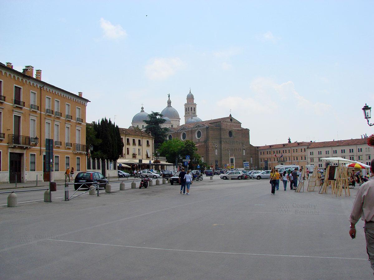 Рыночек на площади перед аббатством Санта Джустина.