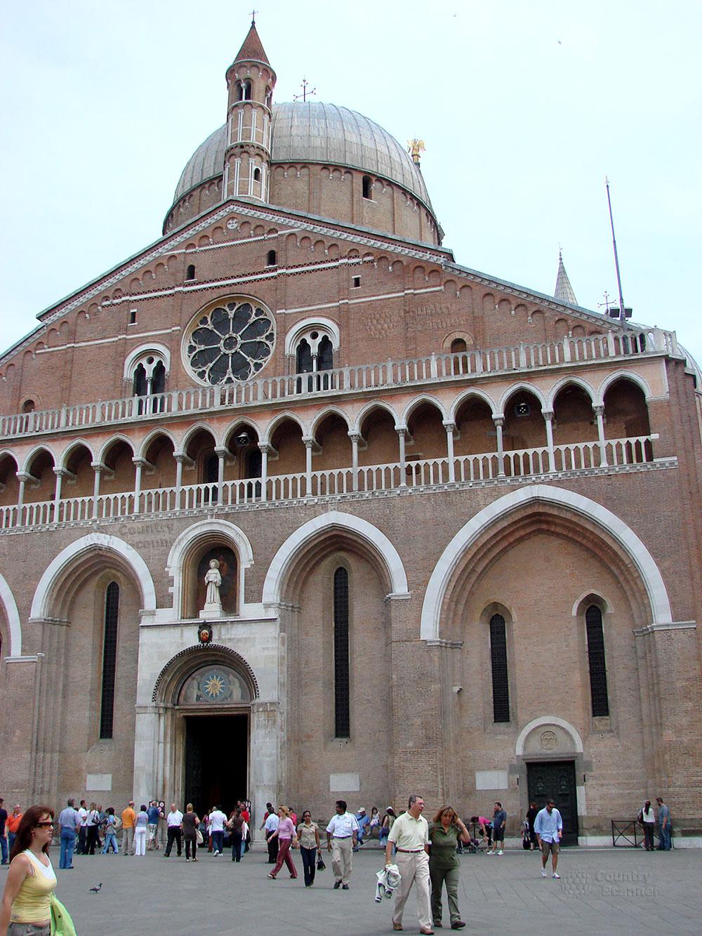 Базилика святого Антония Падуанского. Вход