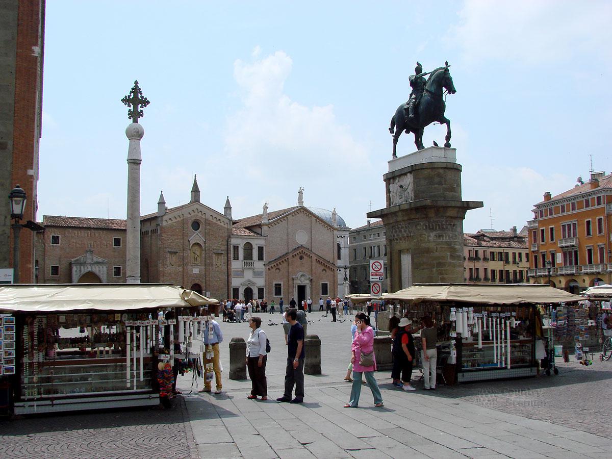 Базилика святого Антония Падуанского. Площадь с памятником