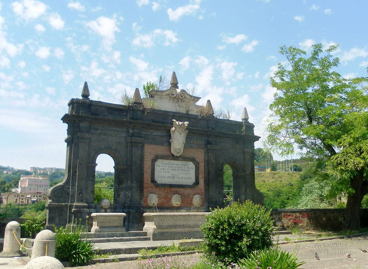 Фонтан Герцогини Ellena d'Aosta, который расположен рядом с Базиликой Богоматери Доброго Совета