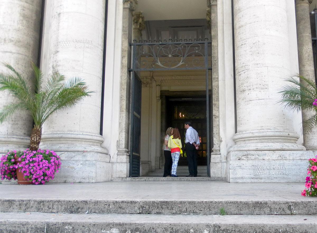 Вход в Базилику Богоматери Доброго Совета