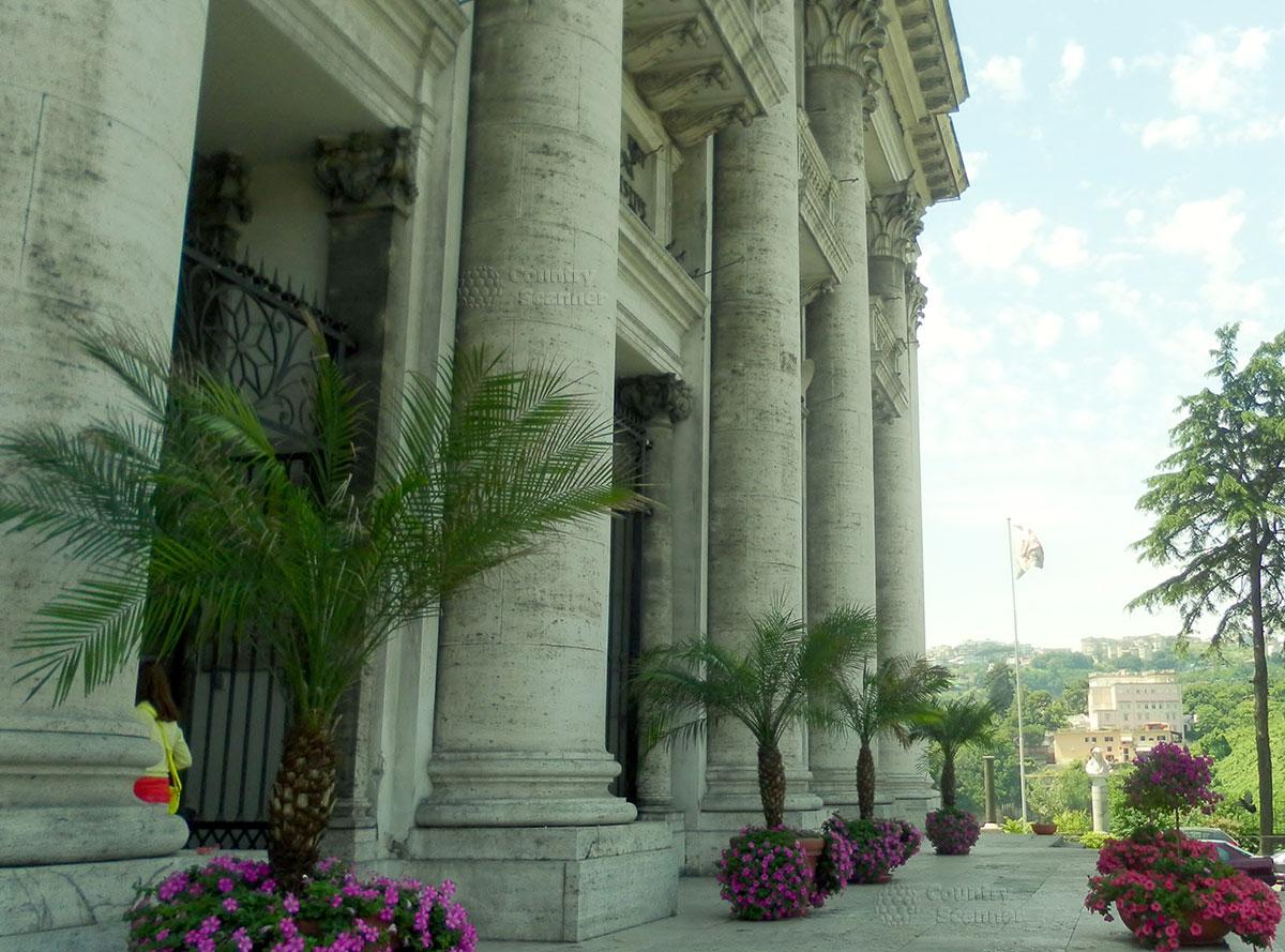 Наружные массивные колонны Базилики Богоматери Доброго Совета