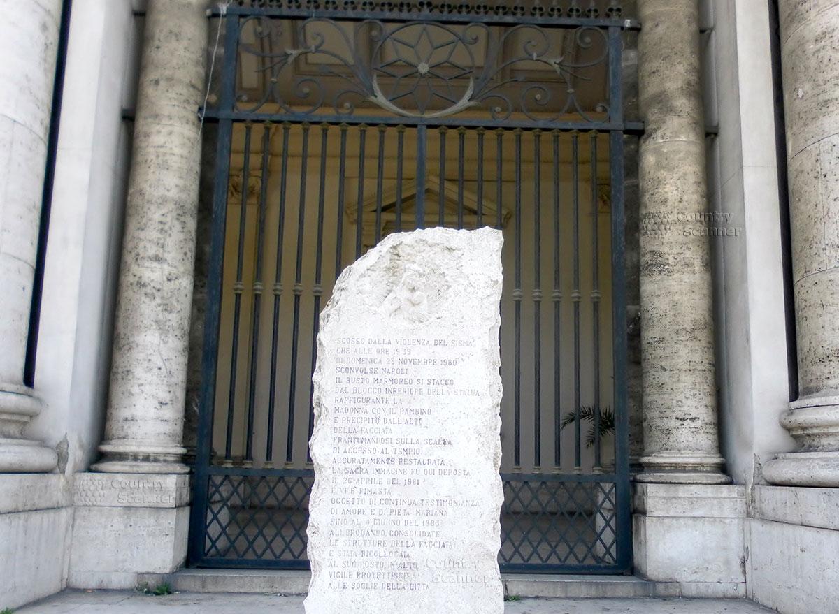 Памятный камень около Базилики Богоматери Доброго Совета