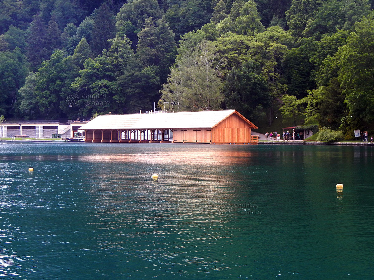Озеро Блед. Голубая вода и деревянный лодочный дом.
