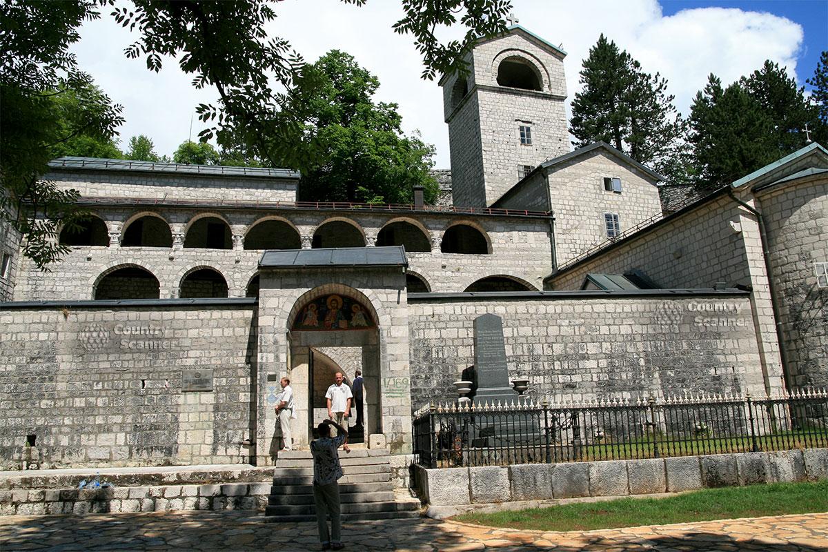 У входа в Цетинский монастырь.