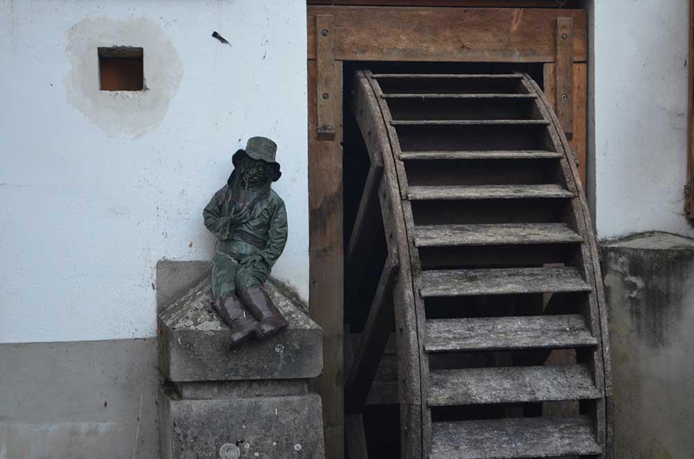 Гномик и мельничное колесо - уличные украшения в Ческе-Крумлове