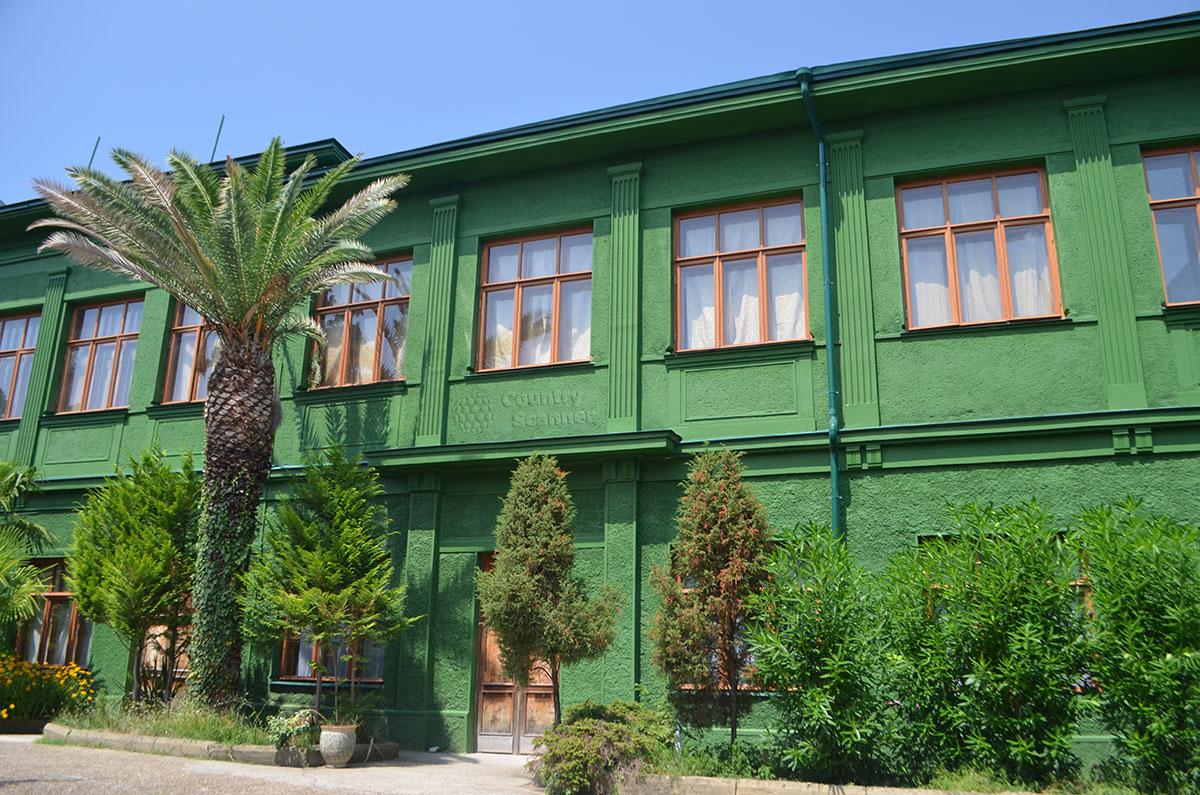 Вид со двора на дачу Сталина в Сочи