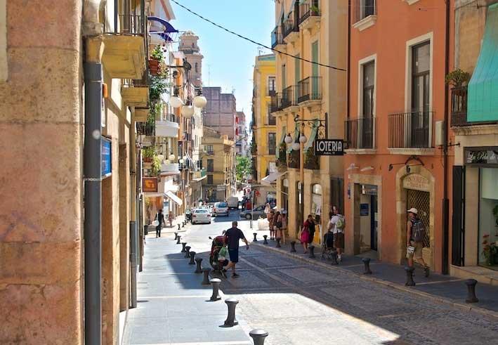 Узкая улочка. Таррагона. Статьи про путешествия http://countryscanner.ru/