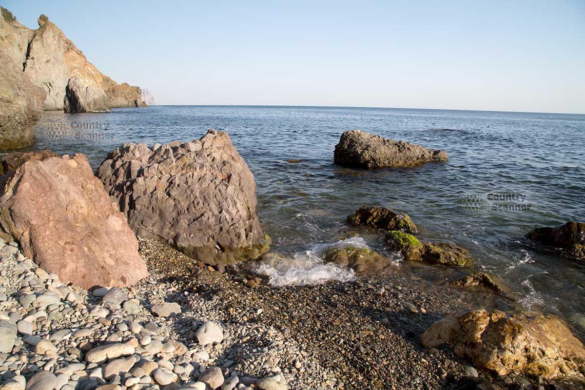 Пляж среди скал на мысе Фиолент.