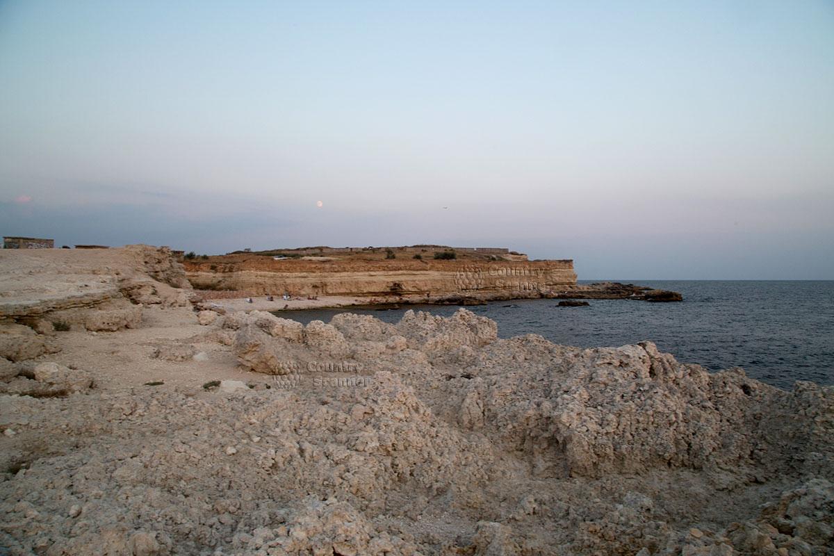 Голубая бухта - галечный пляж, в окружении скал.
