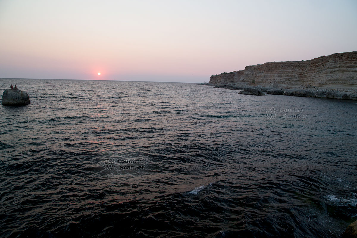 Голубая бухта в лучах заходящего солнца.
