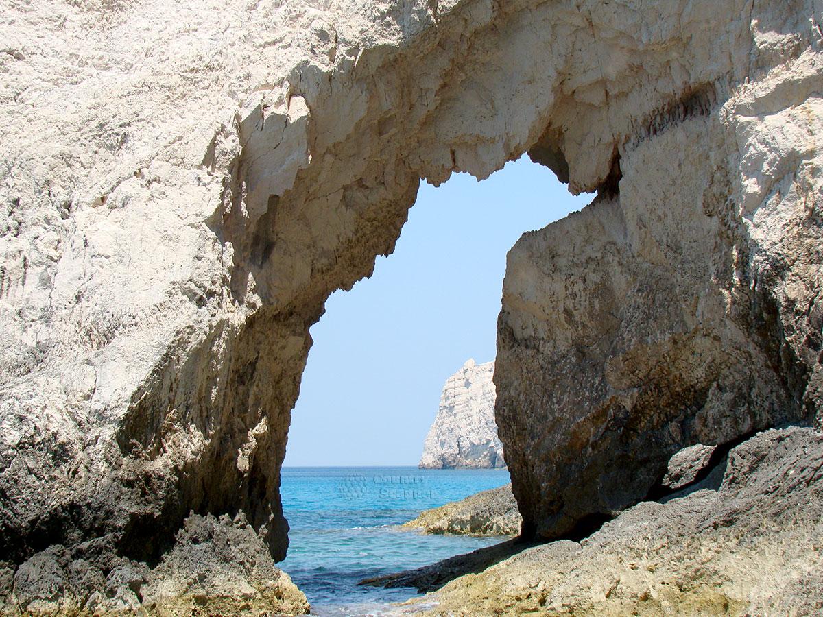 Голубые пещеры. Окошко в скале