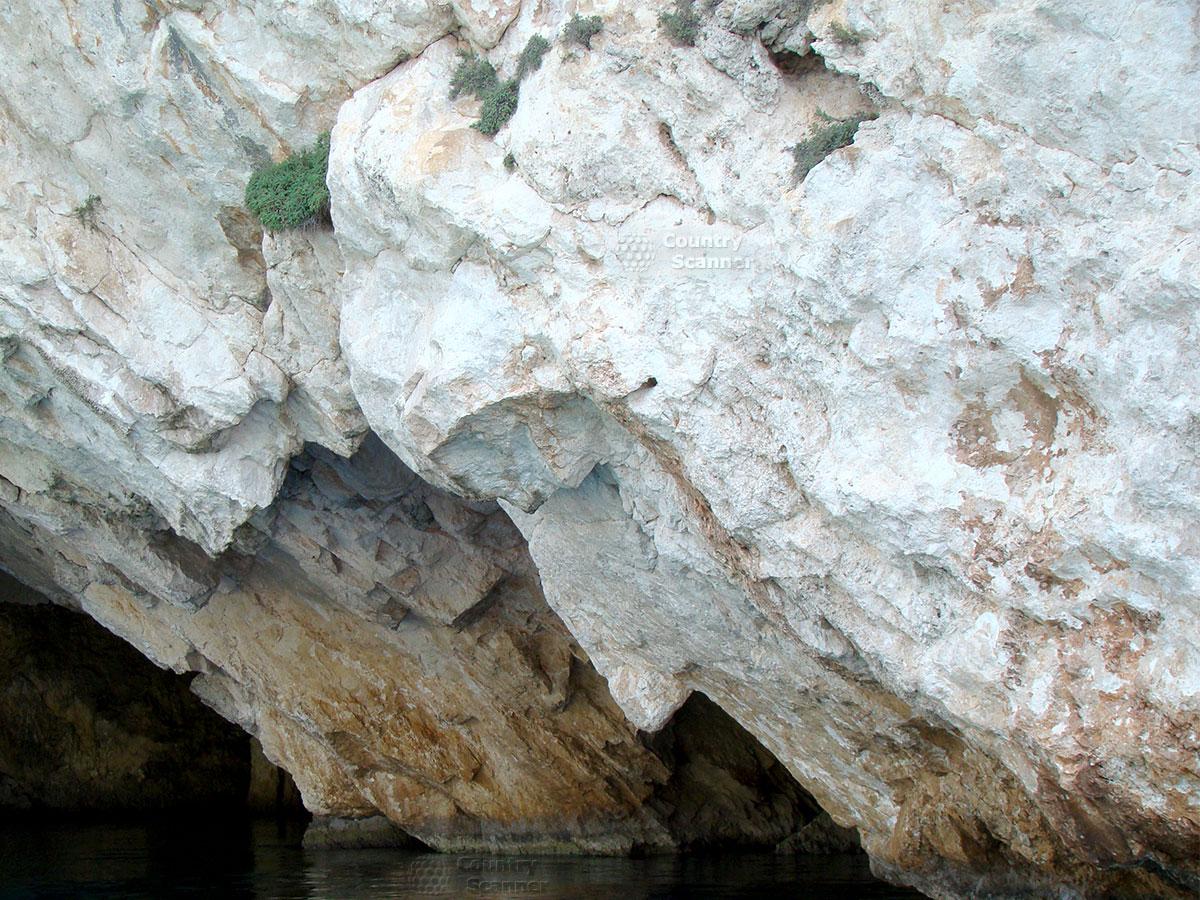 Голубые пещеры. Скалы как лица.