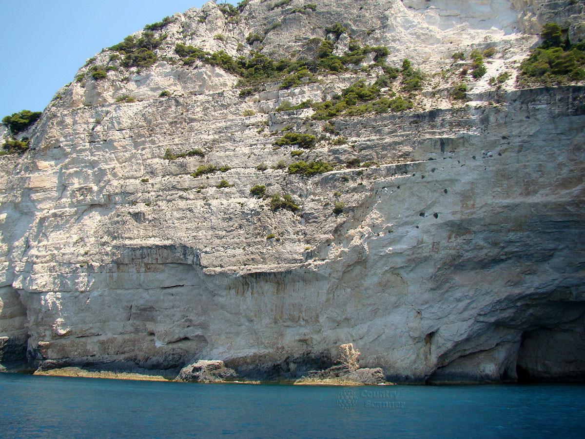 Голубые пещеры. Горные уступы