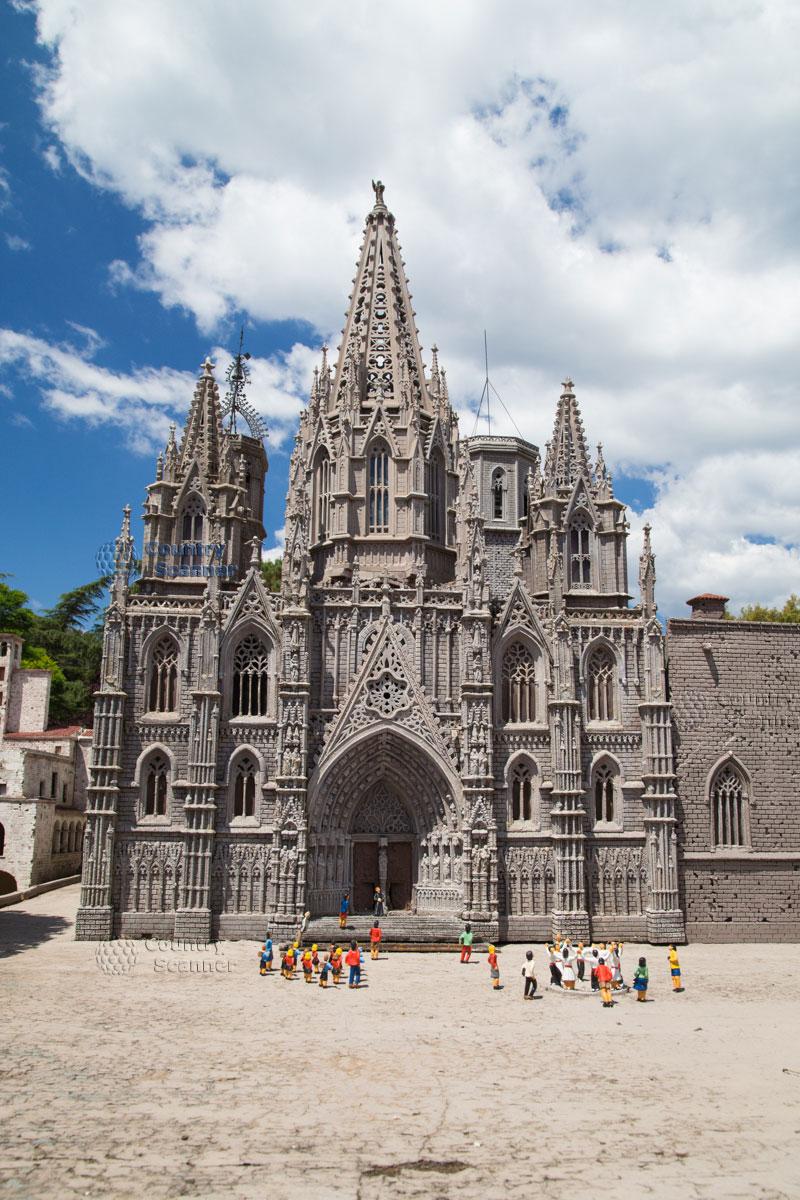 Собор Святого Креста и Святой Евлалии в парке Каталония в миниатюре