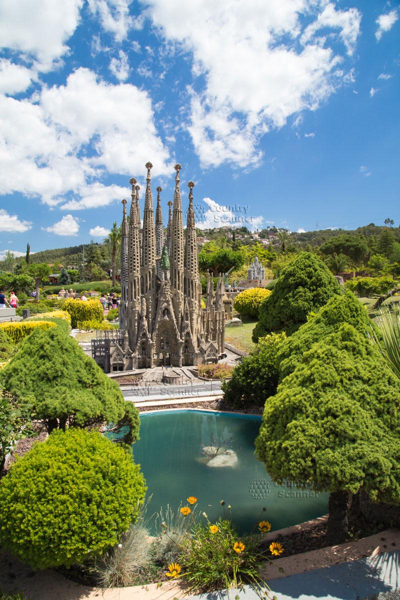 Гауди Храм Святого Семейства а парке Каталония в миниатюре.