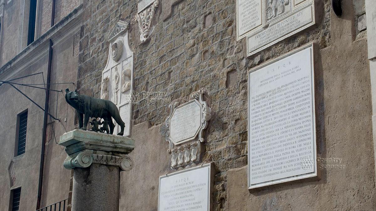 Копия древней статуи Капитолийской волчицы – молочной матери основателей города Ромула и Рема