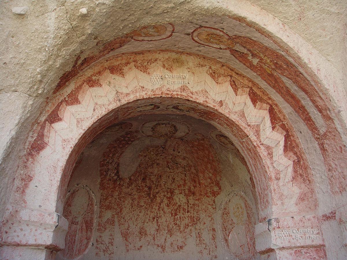 Стены церкви в пещере Каппадокии, пострадавшие от рук вандалов.