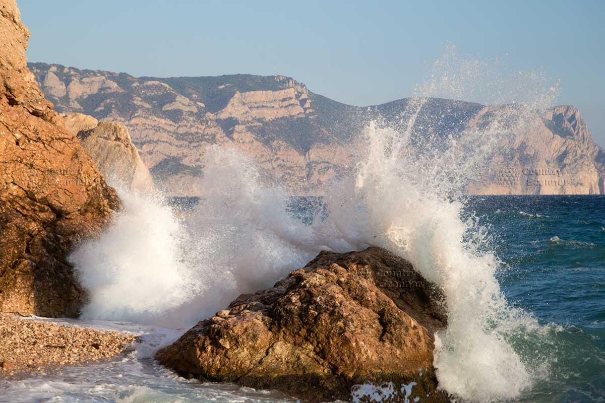 Прибрежные воды Черного моря недалеко от Генуэзской крепости