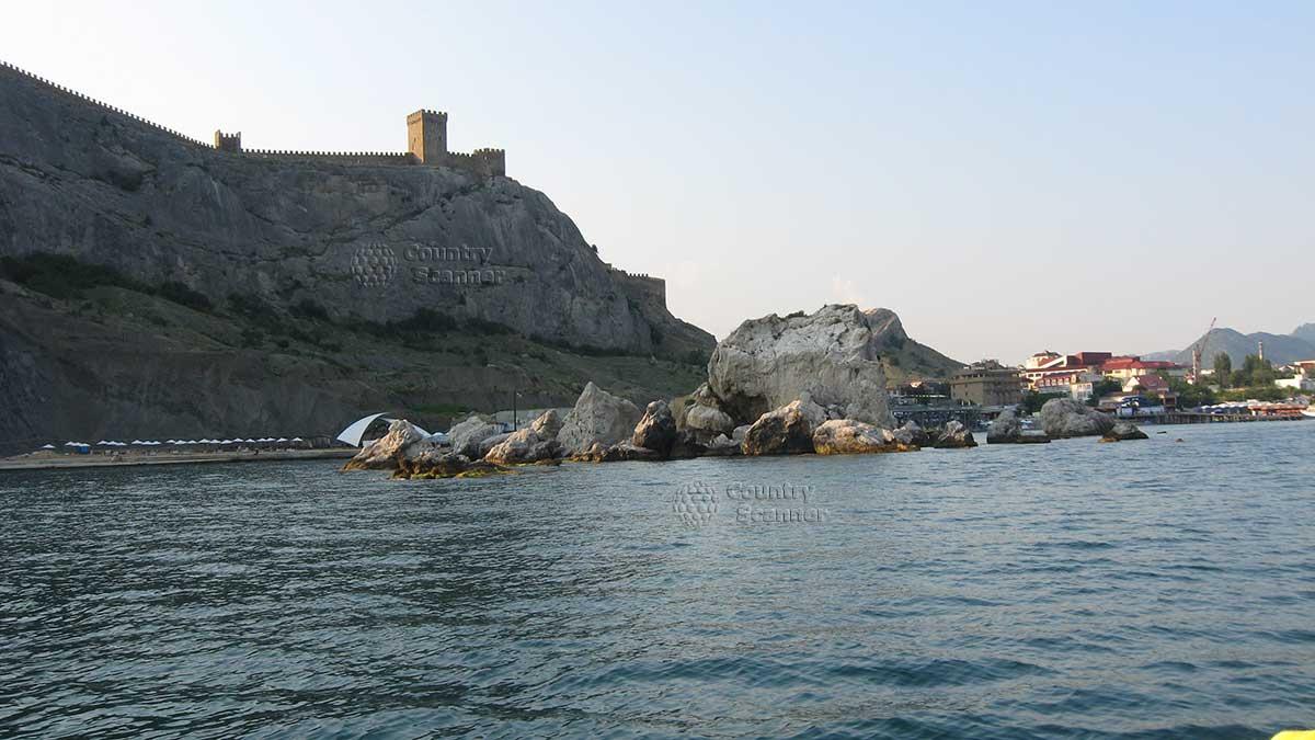 Вид с моря на Генуэзскую крепость